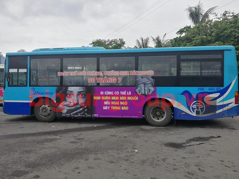 Quảng cáo xe bus nhãn Đại sứ quán Anh